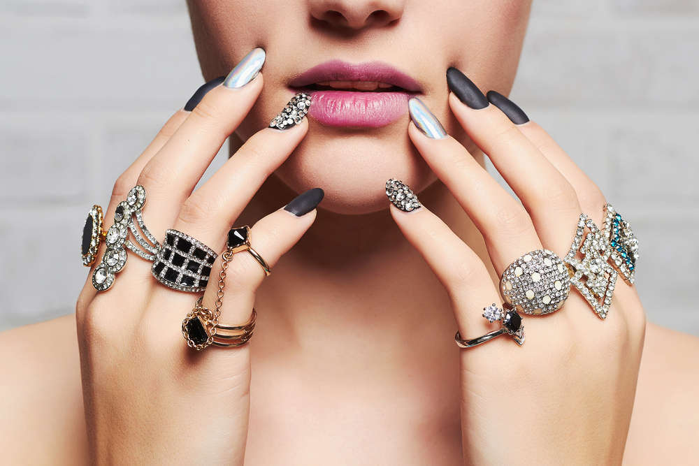 Las 10 joyas imprescindibles en el joyero de toda mujer