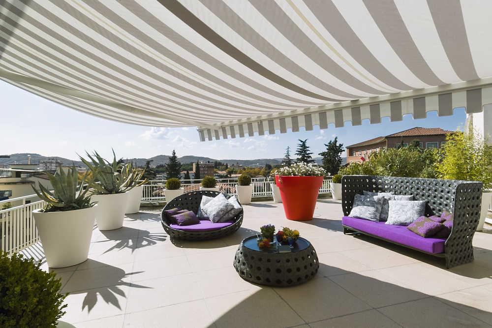 Ahora que se acerca el verano, instala un toldo para protegerte del sol en tu hogar